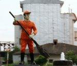 Pomnik mężczyzny z miotłą