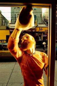 Mężczyzna myjący okno